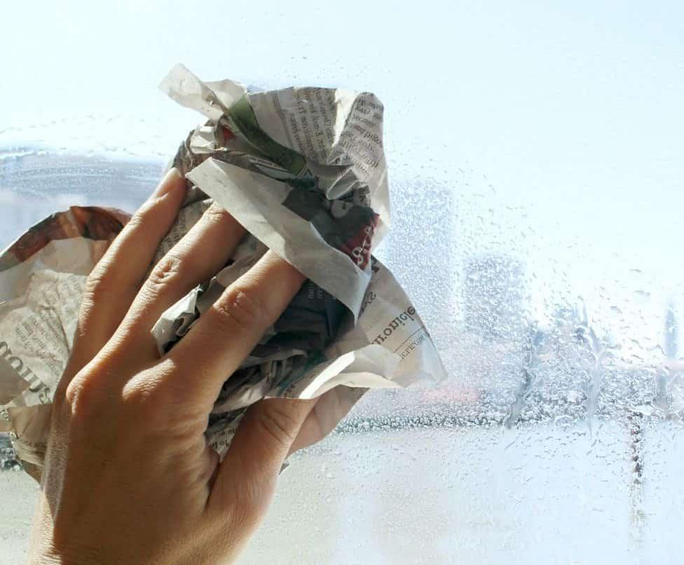 почистване на прозорци с вестник