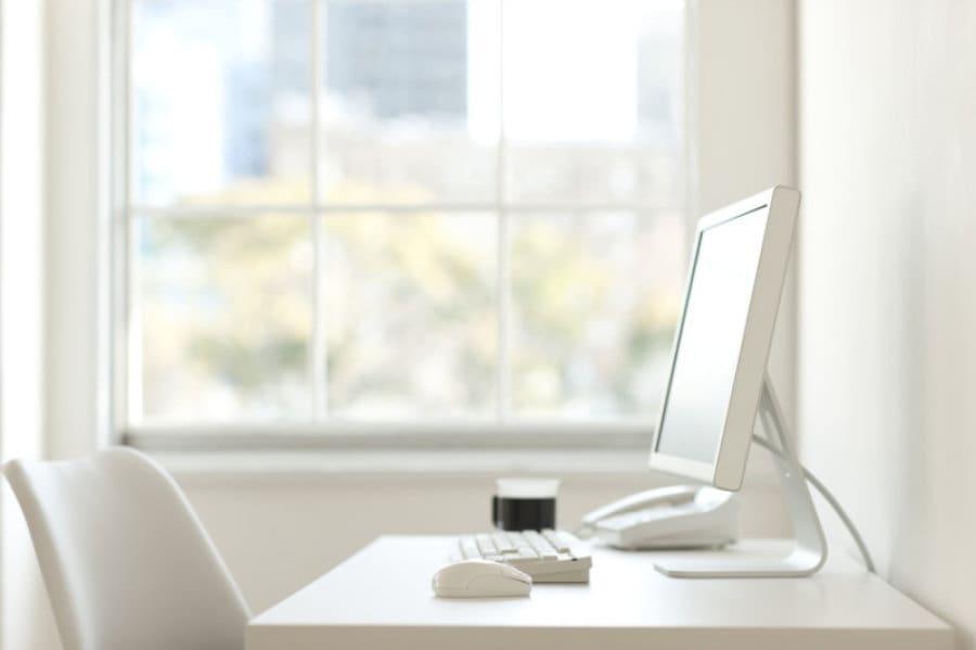 големи прозорци и светлина в офиса