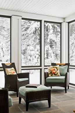 зимен пейзаж зад прозорците