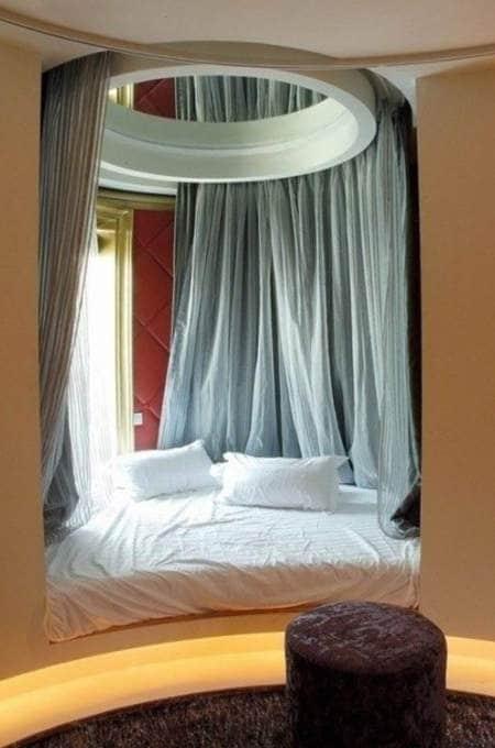 легло до прозореца