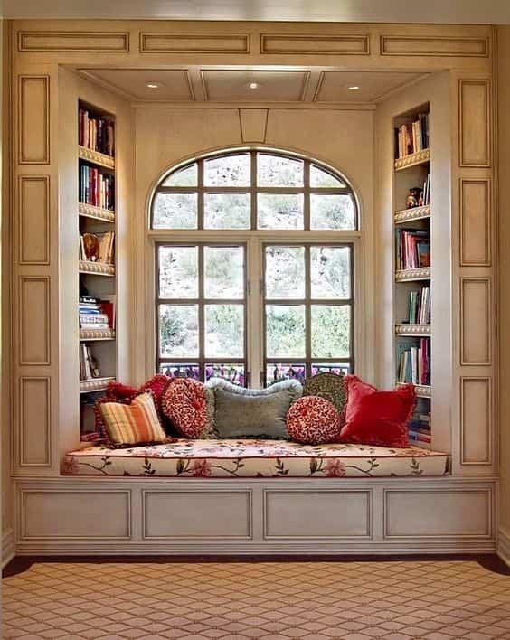 уютно и красиво кътче за сядане до прозореца